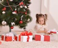 Petite fille avec des cadeaux de Noël Photographie stock libre de droits