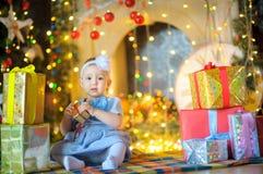 Petite fille avec des cadeaux de Noël Photographie stock