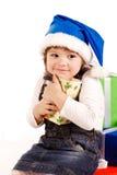 Petite fille avec des cadres de cadeau dans le chapeau de Santa Images libres de droits
