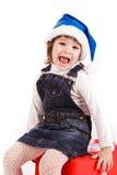 Petite fille avec des cadres de cadeau dans le chapeau de Santa Photo libre de droits
