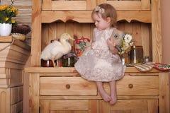 Petite fille avec des canetons Images stock