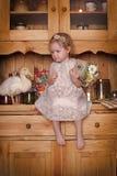 Petite fille avec des canetons Photo stock