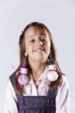 Petite fille avec des earings de décoration de bonhomme de neige images libres de droits