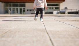Petite fille avec des espadrilles et la formation de leggins Photos stock