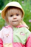 Petite fille avec des fleurs, 2.5 ans Image stock