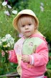 Petite fille avec des fleurs, 2.5 ans Image libre de droits