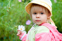 Petite fille avec des fleurs, 2.5 ans Photos stock