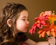 Petite fille avec des fleurs Image libre de droits
