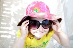 Petite fille avec des glaces de soleil Images libres de droits