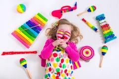 Petite fille avec des instruments de musique Image libre de droits