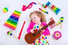Petite fille avec des instruments de musique Photo stock