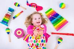 Petite fille avec des instruments de musique Photos stock