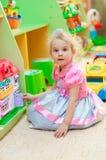 Petite fille avec des jouets dans la salle de jeux Photo libre de droits