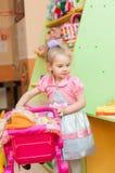 Petite fille avec des jouets dans la salle de jeux Image libre de droits