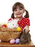 Petite fille avec des lapins de Pâques et des oeufs de pâques Image stock