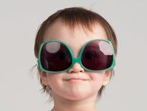 Petite fille avec des lunettes de soleil Image libre de droits