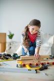 Petite fille avec des outils photo stock