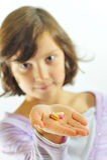 Petite fille avec des pillules à disposition photo libre de droits