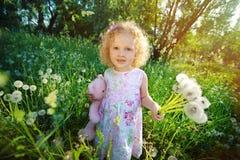 Petite fille avec des pissenlits. Photographie stock libre de droits