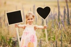 Petite fille avec des plats Photo libre de droits
