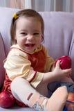 Petite fille avec des pommes Images stock