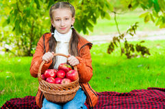Petite fille avec des pommes en parc Images libres de droits
