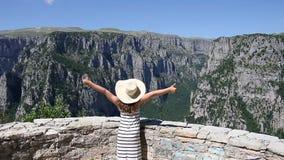 Petite fille avec des pouces sur la gorge Zagoria de Vikos banque de vidéos