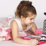 Petite fille avec des produits de beauté Photographie stock