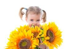 Petite fille avec des tournesols photographie stock