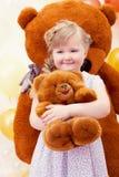 Petite fille avec du charme étreignant le jouet préféré Photos libres de droits