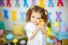 Petite fille avec du charme avec de petits canetons Photographie stock