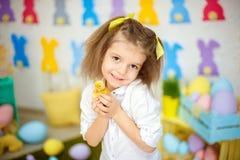 Petite fille avec du charme avec de petits canetons Images stock