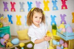 Petite fille avec du charme avec de petits canetons Photo libre de droits