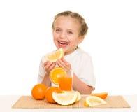 Petite fille avec du jus d'orangeade photos libres de droits