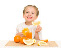 Petite fille avec du jus d'orangeade image stock