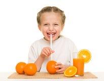 Petite fille avec du jus d'orangeade avec une paille photo libre de droits