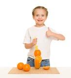 Petite fille avec du jus d'orangeade avec une paille image stock