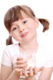 Petite fille avec du lait photographie stock libre de droits