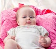 Petite fille avec haut étroit d'yeux bleus Photos stock