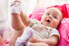 Petite fille avec haut étroit d'yeux bleus Image libre de droits