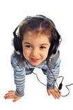 Petite fille avec des écouteurs, d'isolement Photos stock