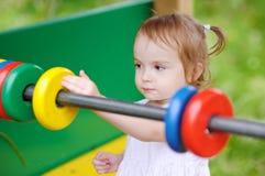 Petite fille avec l'abaque de jouet Image stock