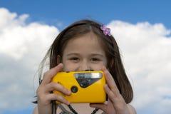 Petite fille avec l'appareil-photo de photo Photo libre de droits