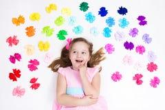 Petite fille avec l'arc coloré Accessoire de cheveu images libres de droits