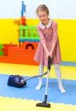 Petite fille avec l'aspirateur photo libre de droits