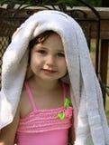 Petite fille avec l'essuie-main photo stock
