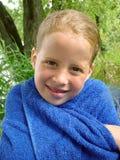 Petite fille avec l'essuie-main Photographie stock libre de droits