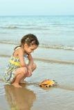Petite fille avec l'interpréteur de commandes interactif Photo stock