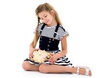 Petite fille avec l'interpréteur de commandes interactif de mer photographie stock libre de droits