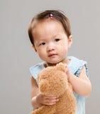 Petite fille avec l'ours de nounours photographie stock libre de droits